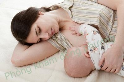 trị bệnh nổi mề đay ở phụ nữ sau sinh