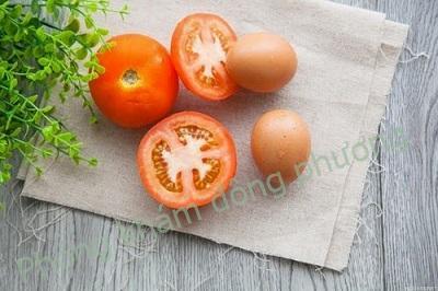 trị nám da bằng trứng gà và cà chua