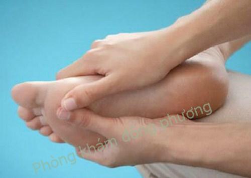 Nổi mẩn đỏ ngứa ở chân phải làm sao ?