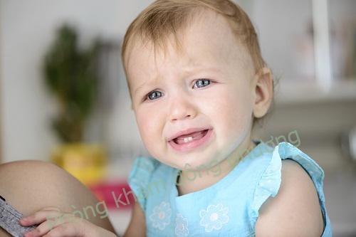 Trẻ nổi mề đay do mọc răng có phải hay không?