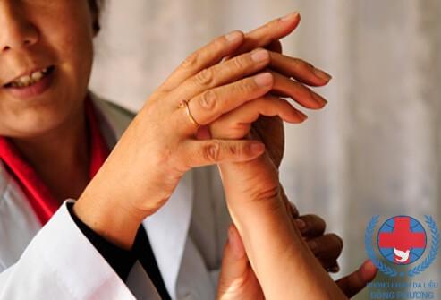 Bệnh ghẻ ruồi do dể móng tay dài