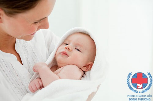 Phòng dị ứng da mặt trẻ sơ sinh bằng cách làm sạch và bôi dưỡng ẩm