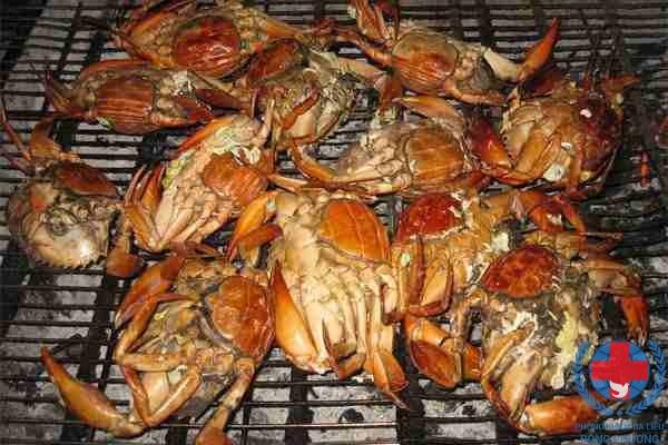 Nổi mề đay vào buổi tối do ăn hải sản